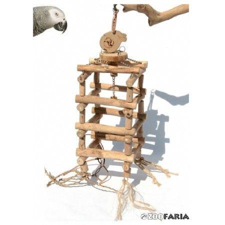 Avontuurlijk speelgoed voor grote parkieten en papegaaien. Gemaakt van natuurlijk materiaal waaronder : teakhout, sisal, en leertjes  Een klauter en klimrek voor vele kromsnavels. Afm.: ca. 70 cm. lang.
