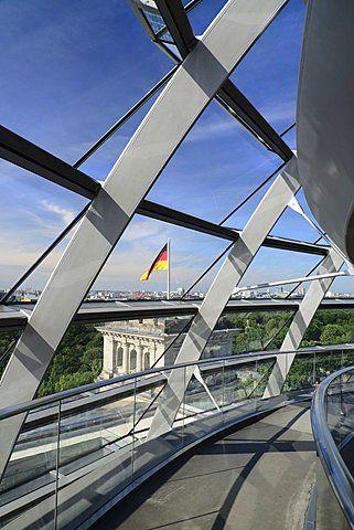 Alemania, Berlín, Edificio del Parlamento Reichstag, Vista interior de la cúpula de cristal diseñada por Norman Foster con la bandera alemana visible fuera.