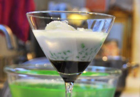 Een tjendol is een Indisch toetje met kokosmelk en stroop van Javaanse suiker. De groene sliertjes van pandanmeel geven het toetje iets om in te bijten.