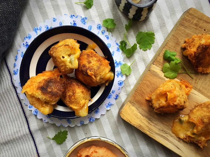 Sprøde, low carb og glutenfrie ostekugler, Chili Cheese Tops – det lyder næsten for godt til at være sandt, ikke? Men det er det ikke! Jeg har arbejdet på to forskellige amerikanske restauran…