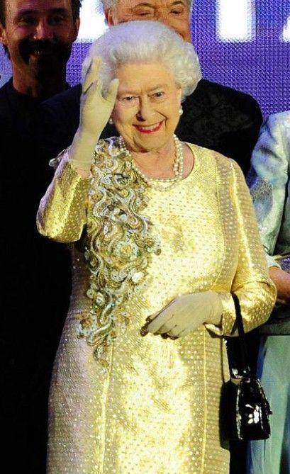 Rainha Elizabeth II escolheu este vestido de gala para sua aparição no concerto de segunda à noite. Ele foi desenhado por sua fiel e particular estilista Angela Kelly, que ao invés de diamantes, preferiu cristais Swarovski incrustados.