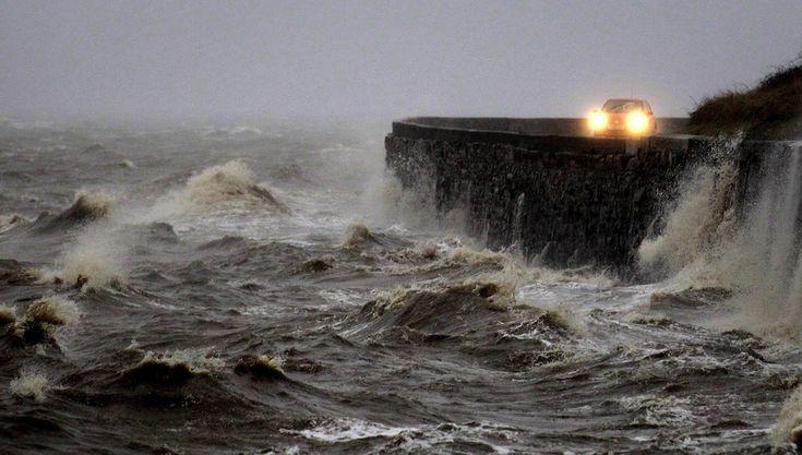 IlPost - Newtownards, Irlanda del Nord - Il forte vento e l'alta marea sulla costa di Newtownards, in Irlanda del Nord.  (AP Photo/Peter Morrison)