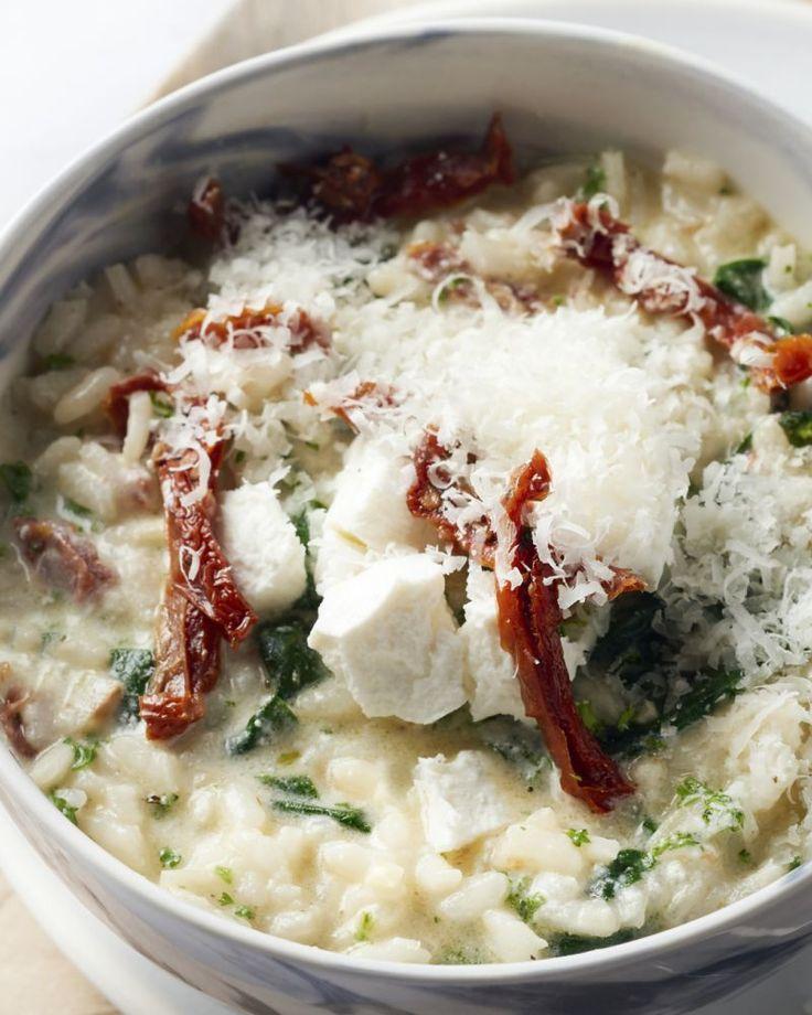 Een heerlijke risotto voor in de lente of zomer met blaadjes spinazie, frisse geitenkaas en zongedroogde tomaatjes. Lekker met een fris wit wijntje erbij!