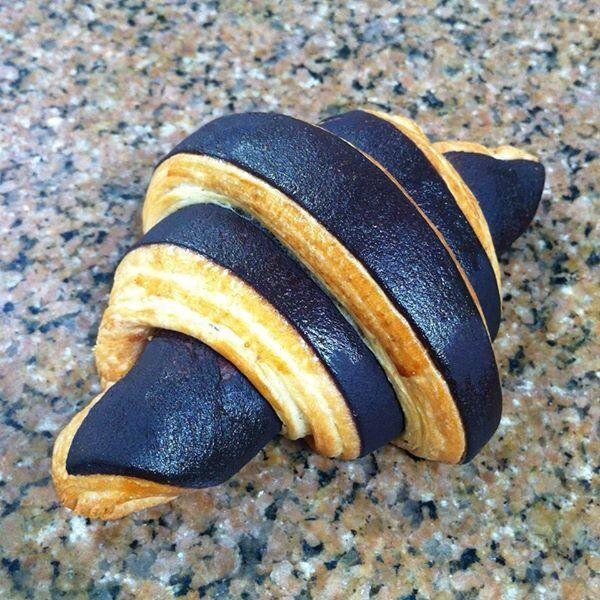 Croissant bicolore au chocolat après cuisson.