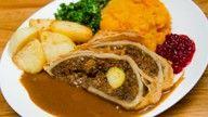 Julemedaljong av nøttestek servert med kålrabistappe, engelske roasted potoes, hvitløksgrønnkål...