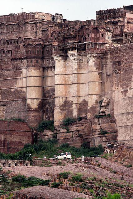 El arte pétreo no sólo había sido en PETRA, también está en Rajasthan (largest republic in India, with capital Jaipur); QUE ARTE !!!, mucha adrelinalina para construir esto esculpiendo roca arenisca.... Me inclino, sobrecogido; quisiera saber de qué época proviene????