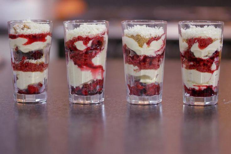 Dit is een dessert met karaktervolle laagjes: zurig fruit, zoete zachte mousse, knapperige kruimels, sap van rood fruit en wat witte chocolade. Stapel de ingrediënten op in een dessertglas en zet daarmee een boeiend nagerecht op de tafel. Deze trifle is een zoete zonde, en dat kan deugd doen…