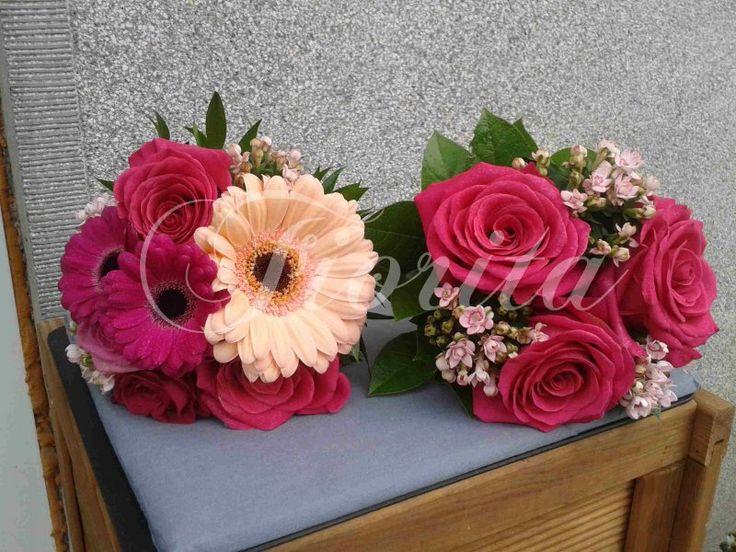 Kytice pro svědkyni z gerber, růží a bouvardii a pro babičku z růží a bouvardii