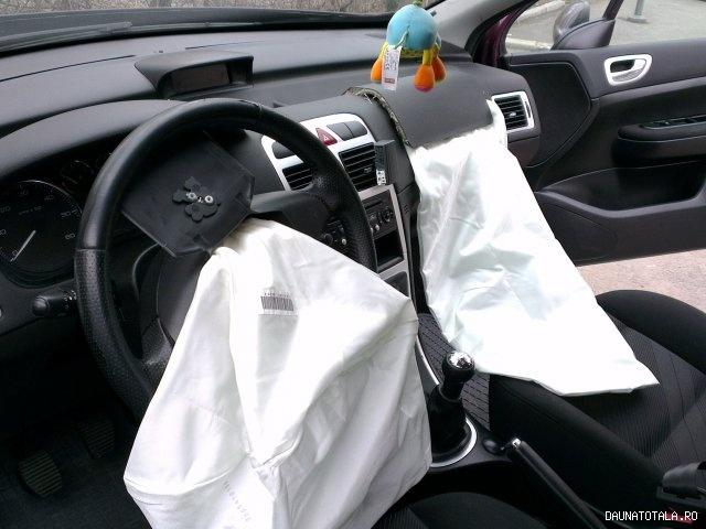 Peugeot 307 Avariat cu airbag-urile sarite