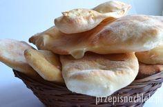 Chlebek naan. Tradycyjny chleb w kuchni indyjskiej, najczęściej wypiekany w piecu tandoor. W domowych warunkach można go jednak przygotować w zwykłym piekarniku. Sam chlebek jest lekki i chrupiący, zyskuje niesamowity aromat dzięki posmarowaniu go oliwą lub klarowanym masłem, lub pesto. Można też posypać go np. wędzoną papryką w proszku, solą morską, czarnuszką lub innymi ulubionymi […]