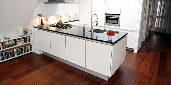 Ook in een kleine ruimte kan je een prima keuken plaatsen. In een appartement in Hilversum staat zelfs één met een kookeiland. Deze compacte keuken van Poggenpohl is van alle gemakken voorzien zoals een combimagnetron, een vaatwasser en een gasplaat met vijf branders.