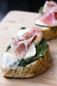 Bruschetta met geitenkaas, oregano en Parma ham