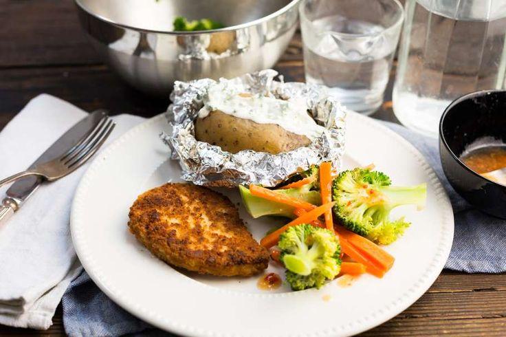 Recept voor vegetarische schnitzel voor 4 personen. Met zout, olijfolie, peper, broccoli, bospeen, vegetarische schnitzel, gember, aardappelen kruimig, chilisaus, sesamolie, kwark, peterselie en mayonaise