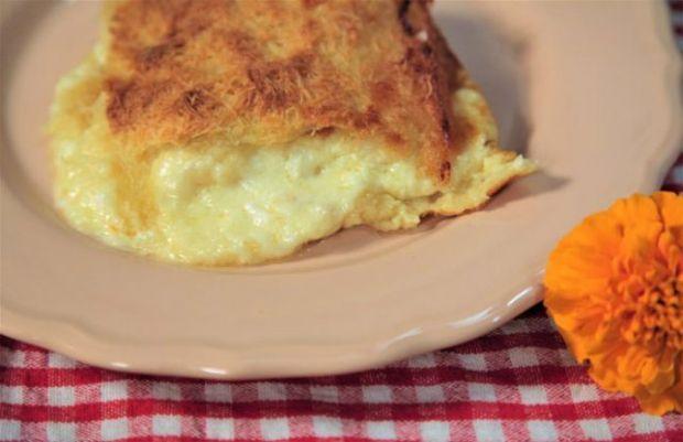 1 συσκευασία κανταΐφι 100 γρ. βούτυρο Kερκύρας 300 γρ. κασέρι τριμμένο 250 γρ. φέτα τριμμένη| 300 γρ. γραβιέρα τριμμένη 250 ml κρέμα γάλακτος 500 ml γάλα 4 αυγά Πιπέριphoto: Έυα Παρακεντάκη