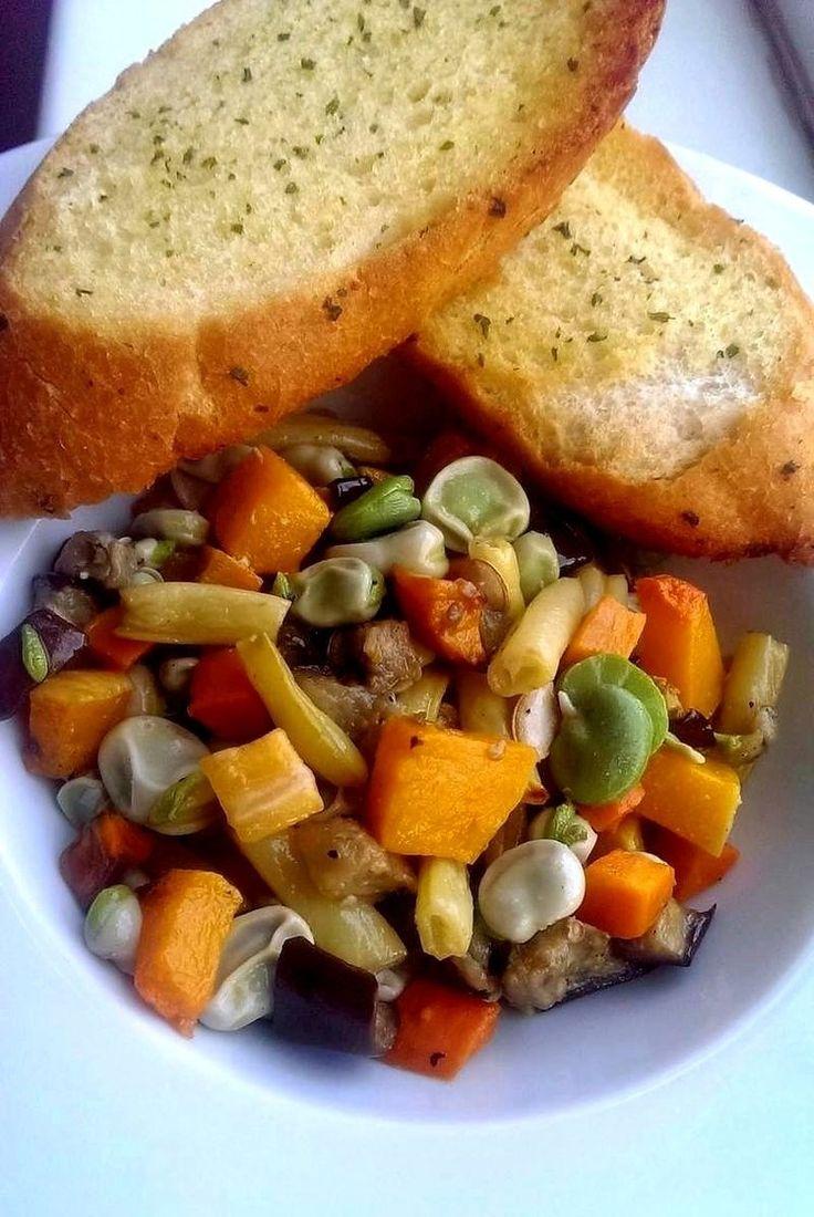 Sałatka z pieczonych warzyw. Dynia w roli głównej.