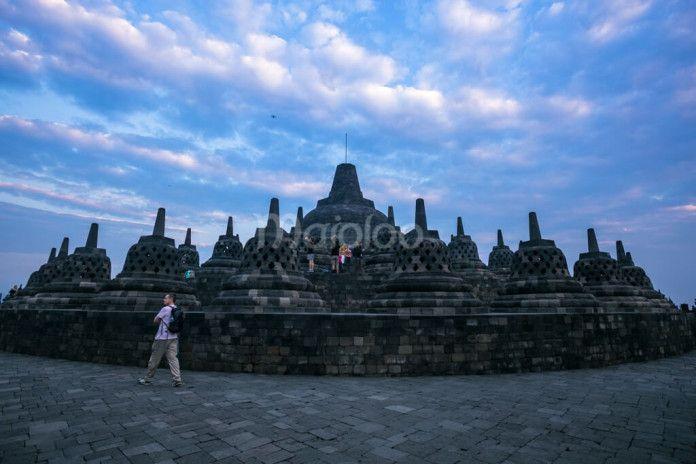 Para wisatawan asing dan lokal sedang menikmati matahari terbit di Candi Borobudur. (Benedictus Oktaviantoro/Maioloo.com)