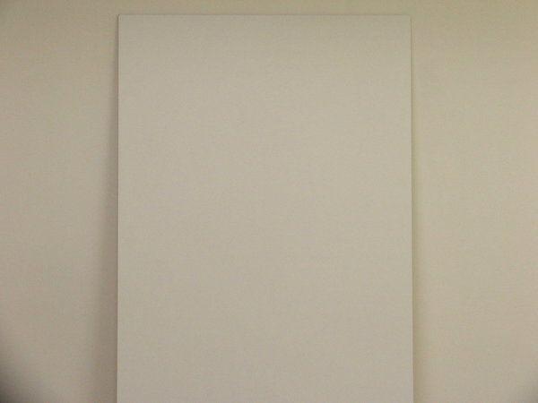 Etape 1 : Le fond sera préparé en appliquant deux couches de peinture satinée glycérophtalique de couleur blanche. Utiliser un rouleau pour étaler la peinture, puis lisser au spalter afin d'obtenir un aspect tendu.