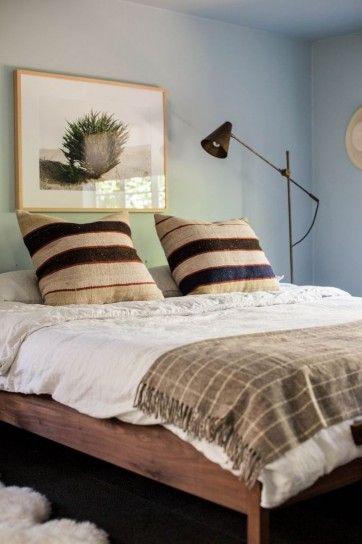 Idee per decorare la camera da letto - Cuscini e quadri per decorare la camera da letto in stile classico.