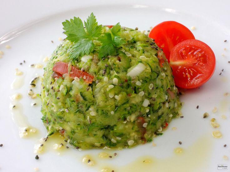 Krásné zelený a neuvěřitelně fresh recept ze syrové cukety a semínek. Podávat můžete na raw placičkách nebo třeba domácí bagetce.