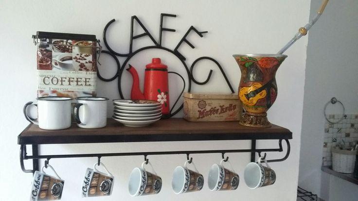 LINDA PRATELEIRAS RUSTICA DE CAFÉ <br>TEMOS O BULE NA COR. VERMELHA , VERDE , AZUL, LARANJA, PRETA , E BRANCA.