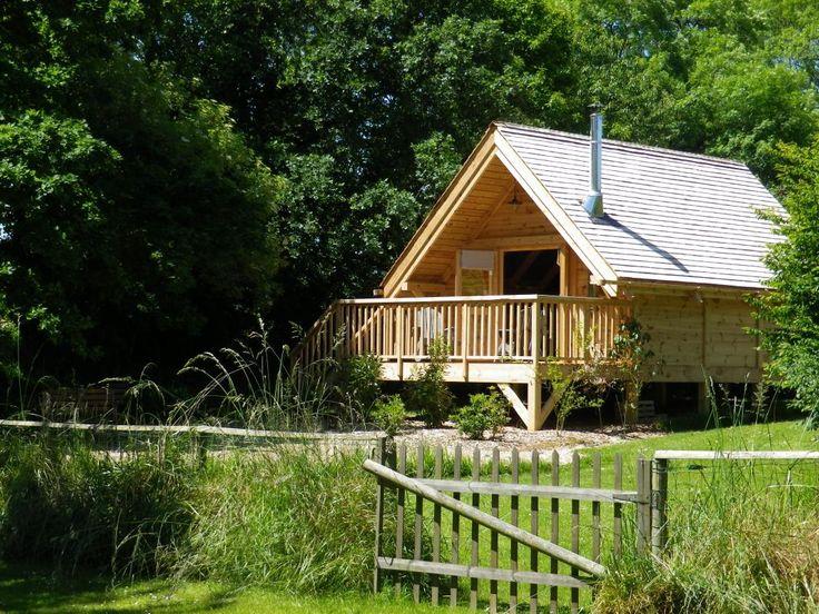 Séjour insolite pour cette cabane sur pilotis face à l'étang pour les amoureux de la pêche. Calme et quiétude seront les maitres mots de votre séjour.