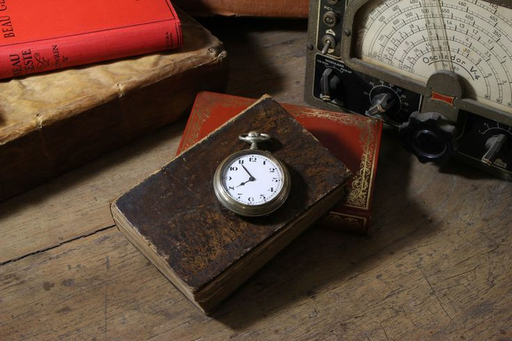 Antiguo Reloj de bolsillo y de cuerda - Old pocket watch and rope.  #PetitsEncants #PetitsEncantsBCN #Oddities #Antiques #reloj #clock