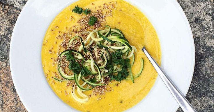 Gyllene morots- och kokossoppa med zucchini- och persiljetopping | Recept från Köket.se