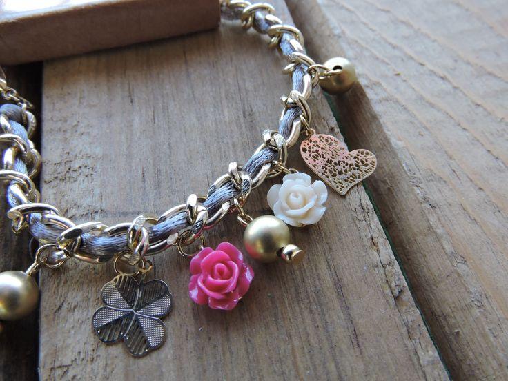 Pulsera de cadena dorada trenzada con cola de rata Gris ,dijes laser en chapa de oro y flores de resina, encuentra estos y mas accesorios en nuestra pagina de Facebook.