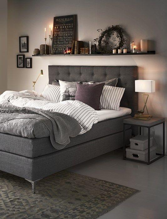 Mysigt! Så fint med grått, vitt, lila och många ljus i sovrummet.