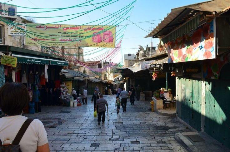 Il suk di #Gerusalemme che inizia ad animarsi al mattino. #StradeDelMondo © @odioilsilenzio