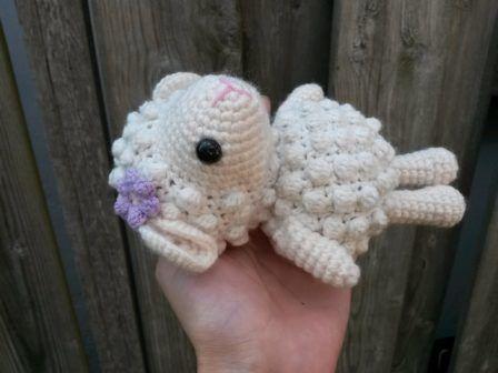 今回は、かぎ針編みで作る可愛い羊のあみぐるみの無料編み図をお届けしたいと思います。今回作るあみぐるみは、基本的に細編みで増やし目、減らし目をしながら作っていきますが、玉編みが加わることで、もこもこ毛糸を使わずにもこもこ感のある仕上がりになり