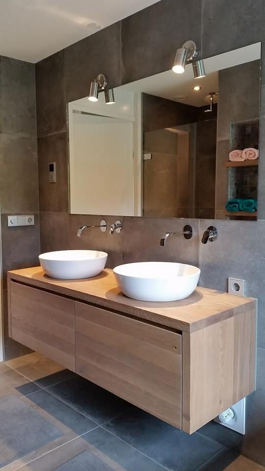 Badkamer gerealiseerd door Sanidrome Scharenborg uit Haaksbergen in Neede. Met een eiken houten badmeubel. De hele dunne opzet waskommen zijn van Villeroy & Boch.