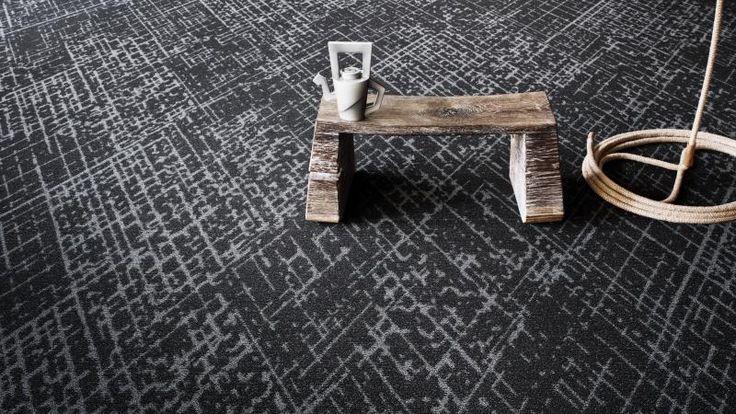 Zátěžový koberec v odstínech šedé, v nabídce jsou i další barvy, BOCA Praha. / Contract carpet in gray shades, other colors available.
