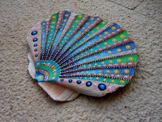 12,5 cm - 11 cm Acrílico, tinta y barniz sobre una concha de mar real. Hace sobre todo con un palillo de dientes, y mucho de pasión, paciencia y amor Firmado en la parte posterior