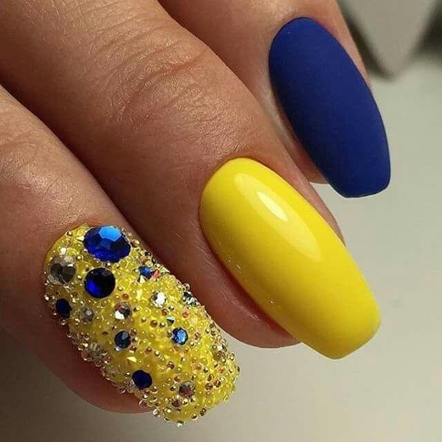 Uñaa de la wed azul y amarillas