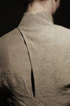 Läckert skuren i ryggen, kul med snygga detaljer på kläder