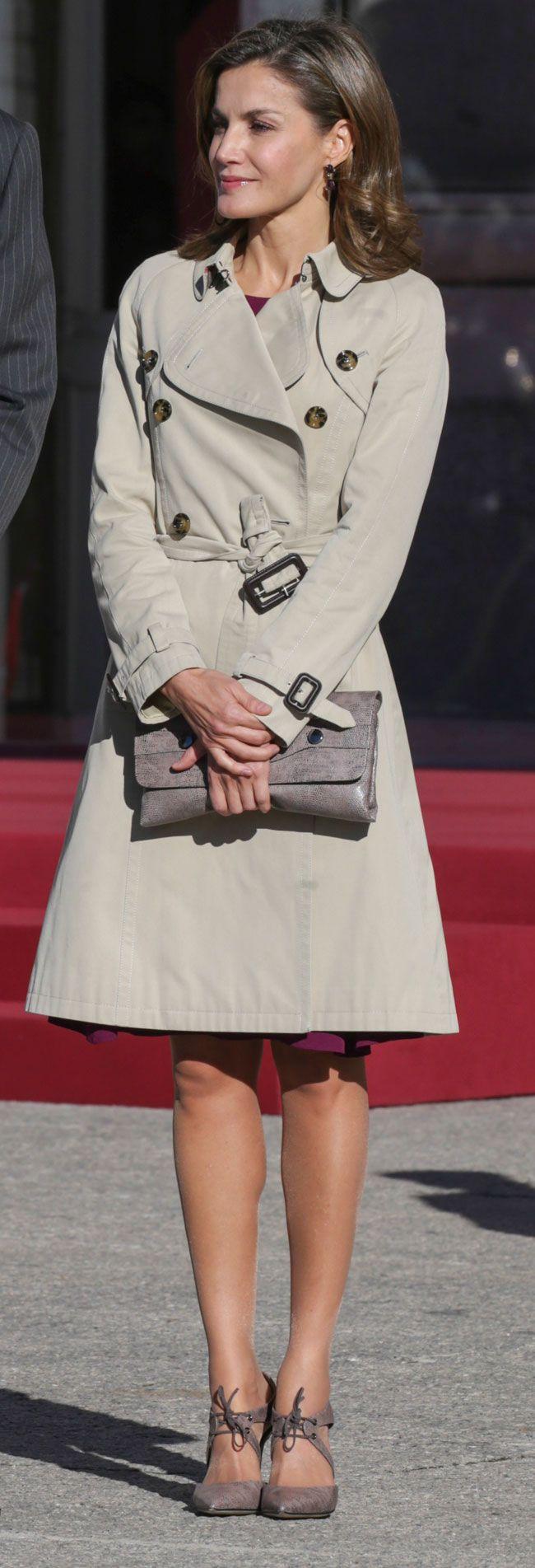 Los Reyes han recibido en el Palacio Real al presidente de Israel y su esposa. Letizia ha escogido un sobrio conjunto con trench y un nuevo vestido burdeos.