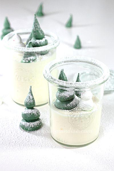 Mousse au chocolat blanc ivoire, vanille et tonka. Petits sapins en meringue - www.Puregourmandise.com