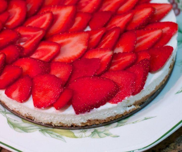 Min fars favoritkage er en cheesecake med et eller andet frugt på toppen. Det skal ikke være den bagte version, men den nemme af dem. Hvad gør man ikke for at være den gode søn? Ja, man laver den s…