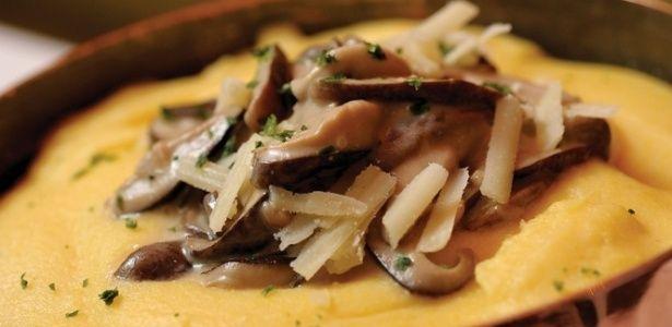 Polenta já é algo muito acolhedor para combater o frio. Imagine então com um bom molho de cogumelos! Clique ao lado para ver a…