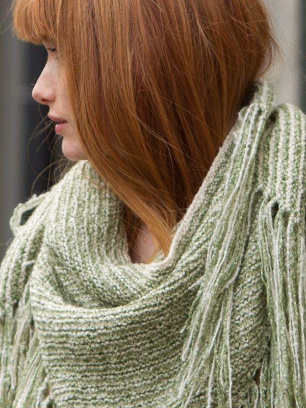 Trekantsjal med frynsehav strikket i deilig, kløfritt naturgarn. Garnpakke fra Phildar