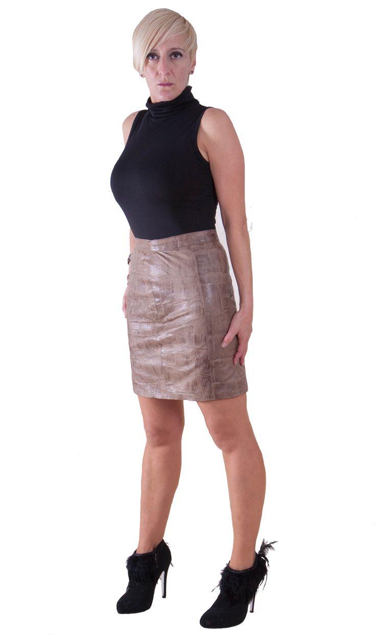 Falda recta realizada en piel estampada con cremallera central  Frabicamos todos nuestros articulos de manera artesanal por eso podemos ajustar tu prenda a tus medidas sin cargo adicional