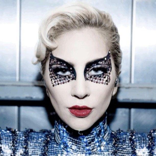 """Lady Gaga a.k.a Joanne yang menjadi bintang Super Bowl Half Time Show 2017 sukses menampilkan performa yang ikonis dan menjadi headline di dunia maya. Tidak kalah menarik makeup glitter dan tematis yang digunakan oleh Gaga pun telah membawa kembali trademark Gaga yang sempat tidak terlihat sejak album Joanne. Berkat Sarah Tanno Gaga dapat tampil fierce menyanyikan dari Woody Guthrie's anthem """"This Land is Your Land"""" hingga """"Poker Face"""" dan sempat melepas glitter di sekitar matanya saat…"""