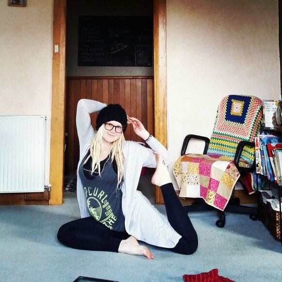 Yoga, 27 weeks pregnant @littlehealthyhomestead