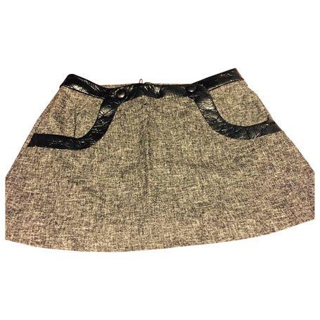 TARA JARMON. Jupe courte trapèze style année 60. Tweed anthracite, ceinture et bordure des poches en sky.  100% laine