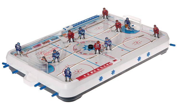 Впервые в СССР настольный хоккей был установлен в одном из ленинградских домов пионеров в начале 30-х годов.  В конце 40-х поиграть в настольный хоккей стало возможным почти во всех домах пионеров, пионерских лагерях. В кружках «умелыми руками» советских мальчишек изготовлялись разнообразные модели этой полюбившейся игры.В те же годы по рекомендации советских педиатров, отметивших, что эта игра хорошо способствовала развитию моторики у детей, настольный хоккей пошел в массовое производство.
