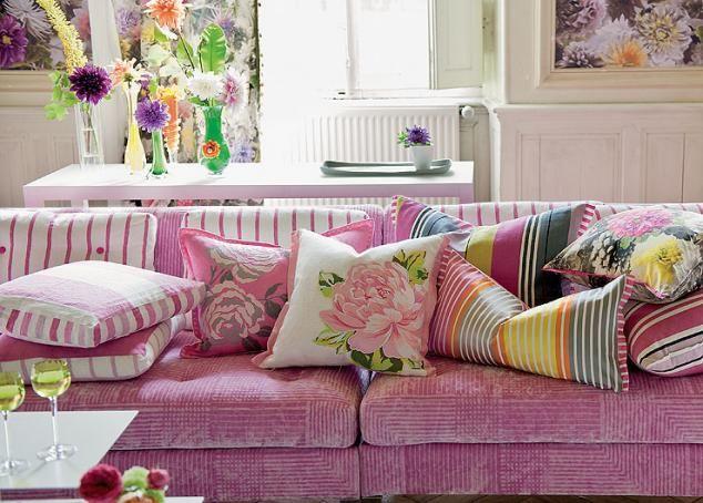 Poduszki na sofie, fotelu, tarasie, na trawie. Modne połączenia #poduszka #dekoracje #kolorlata #dodatki #inspiracje #weranda http://www.weranda.pl/urzadzamy/jak-to-urzadzic/14033-ukladamy-poduchy