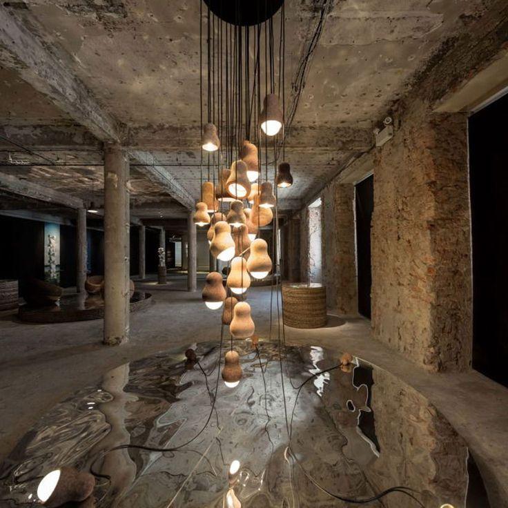 Plafond uit gepolierd beton met brede hanglamp