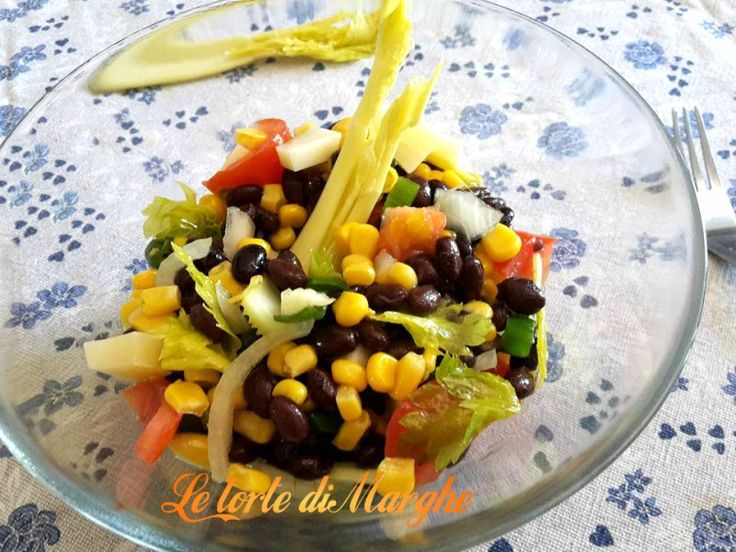 Oggi ecco a voi un piatto molto fresco, insalata di fagioli neri con verdure. Può essere un primo piatto, un contorno ricco von verdure, oppure un sfizzioso
