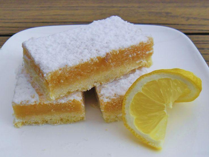Deze citroenrepen zijn zacht, zuur, zoet bros maar vooral erg lekker. Met een kop verse muntthee en deze fruitkick serveer je de zomer op je tuintafel.
